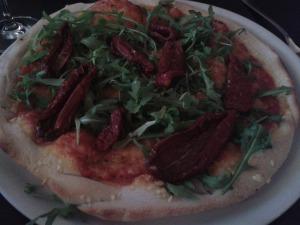 Vegane Pizza mit Ruccola und getrockneten Tomaten, diese waren wirklich besonders gut und saftig
