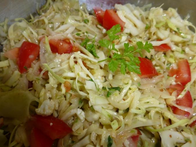 Coleslaw aus Fenchel, Spitzkohl, Apfel & Kohlrabi mi Kerbel & Sojaghurt