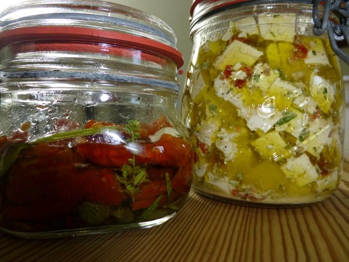 getrocknete Tomaten mit Kapern, Kräutern, Knoblauch in Öl,  Tofu mit Kräutern, Knoblauch, Zitrone in Öl