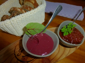 Salzkrusten,-Gewürz,-Vollkornbrot mit Dips von Radicchio & getrockneten Tomaten